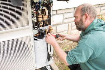 Un artisan installe une pompe à chaleur