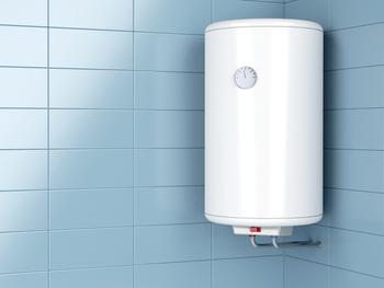 Chauffe eau sur un mur de carrelage bleu