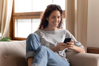 Jeune femme sur son canapé