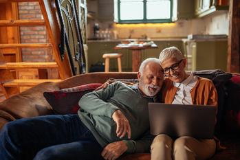Couple assis sur un canapé